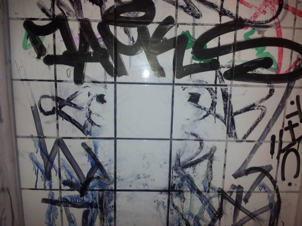 graffiti schutz und graffiti entferner f r fliesen anti. Black Bedroom Furniture Sets. Home Design Ideas